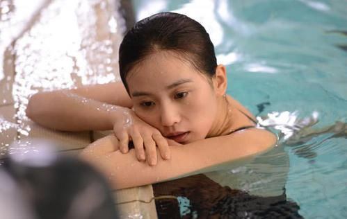 刘诗诗泳装照引围观,性感好身材一览无遗-第1张图片-爱薇女性网