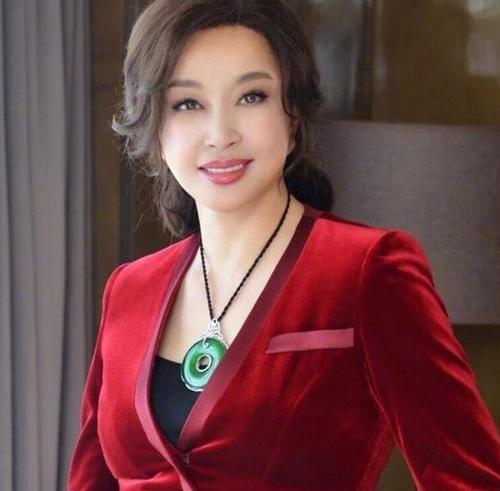 刘晓庆63岁怀宝宝是真的吗?-第1张图片-爱薇女性网