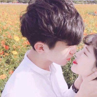 接吻时男生的手在干嘛,通过男生手放的部位看他的态度-第3张图片-爱薇女性网