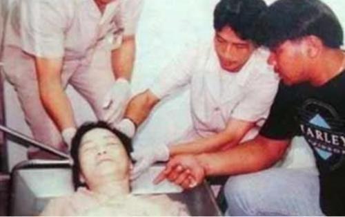 邓丽君死亡真相揭秘:脸上现巴掌印,死后曾三次托梦-第3张图片-爱薇女性网