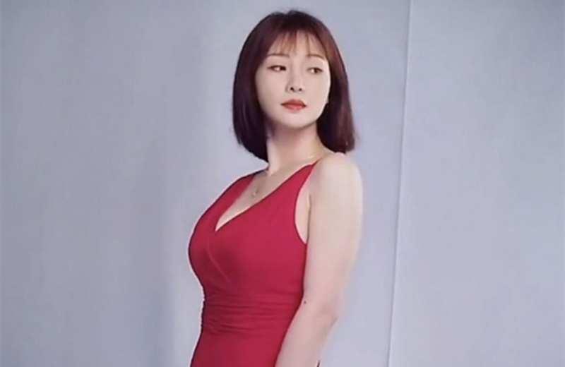 柳岩宣传新电影拍摄特工海报,红色吊带裙超有感觉