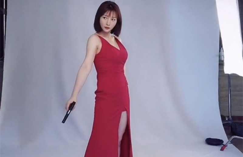 柳岩宣传新电影拍摄特工海报,红色吊带裙超有感觉-第2张图片-爱薇女性网