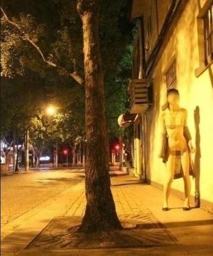 女子步行街裸舞,究竟是裸体艺术还是精神问题?-第2张图片-爱薇女性网