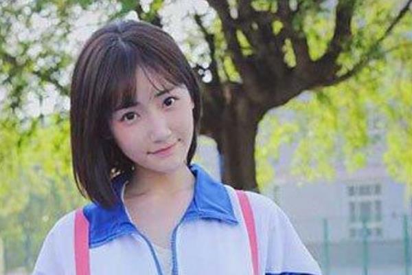 中国最美校服女生:毕业于中国传媒大学,被指青纯度远超奶茶妹妹-第2张图片-爱薇女性网