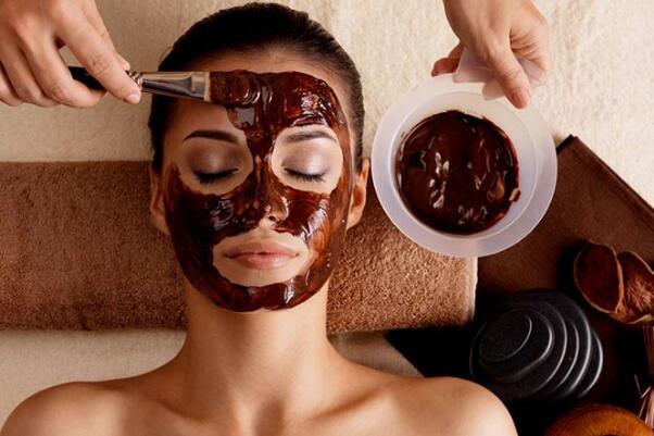 咖啡渣去黑眼圈的方法:把咖啡渣敷在眼睛周围(也可以消除浮肿)