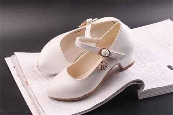 小孩穿高跟鞋的危害:限制足部发育,容易引起扁平足-第1张图片-爱薇女性网
