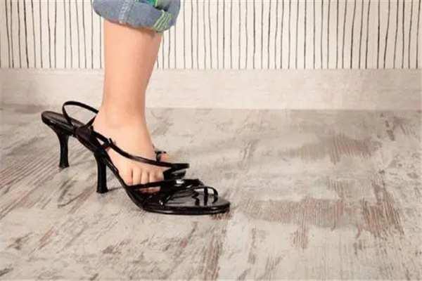 小孩穿高跟鞋的危害:限制足部发育,容易引起扁平足-第2张图片-爱薇女性网