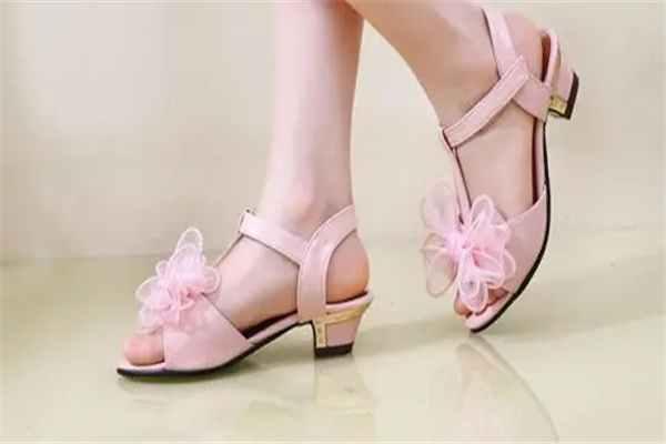 小孩穿高跟鞋的危害:限制足部发育,容易引起扁平足-第4张图片-爱薇女性网