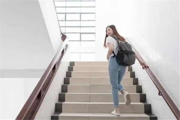 大学生居家训练方法有哪些:开合跳、深蹲(在家就可以减肥)-第3张图片-爱薇女性网